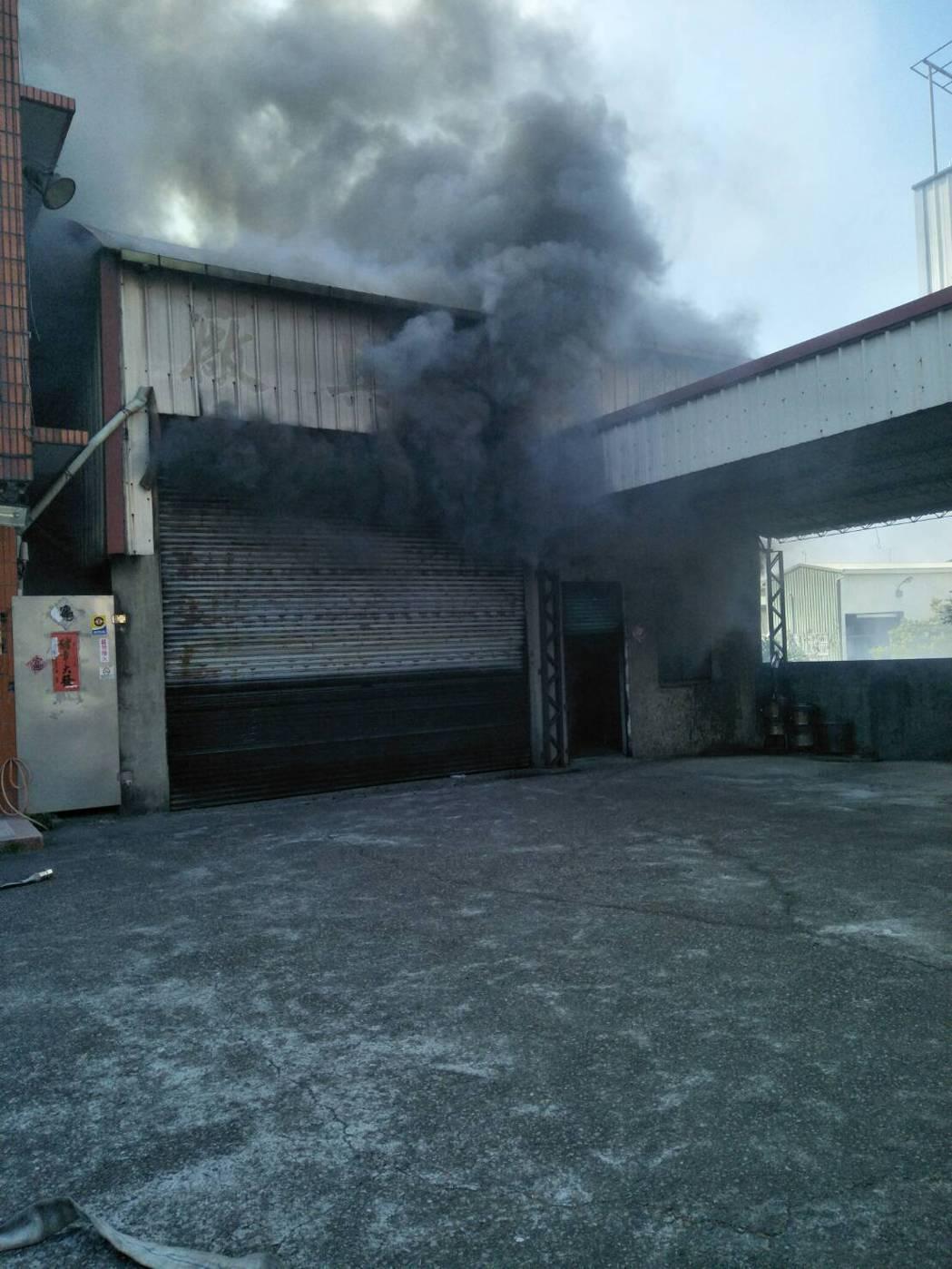 台中市神岡區豐洲路一家木工廠今中午傳出火警,從國道即時路況APP可見,木工廠悶燒...