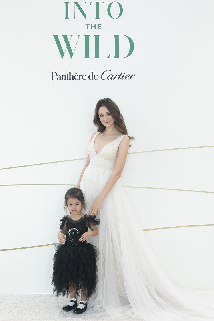 多年參加卡地亞珠寶大秀的瑞莎,這回則帶著女兒美美現身、溫馨逛展。圖 / Cart...