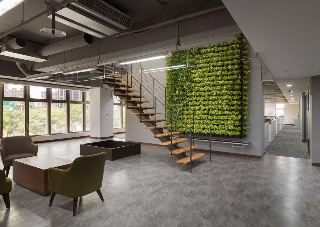 中路二號社宅也包含住宅發展處辦公廳舍,採減法設計減少隔間、半開放式辦公區域使視覺...