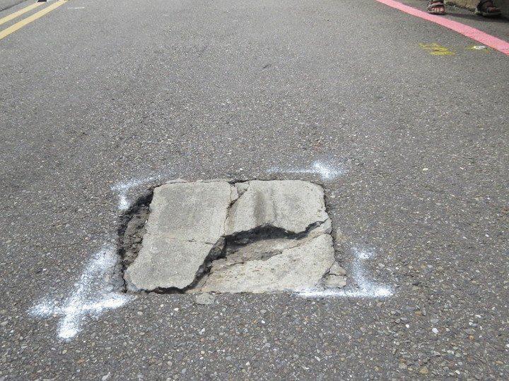 男子蔡川典參加基隆市政府主辦的「鐵人三項競賽活動」,因湖海路賽道有坑洞,他失控撞...