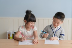 眼睛不躲在眼鏡後 智能正姿筆導正孩童用眼習慣