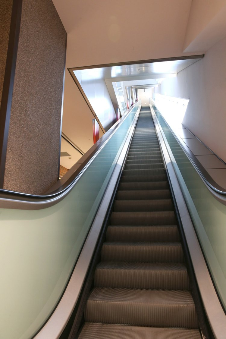 遠百信義A13設置快速直達手扶梯,讓消費者快速到達餐廳或影城。記者林澔一/攝影