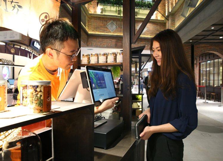 遠百信義A13的POS機特別推出雙螢幕,消費者在結帳同時,也可獲得館內訊息。記者...