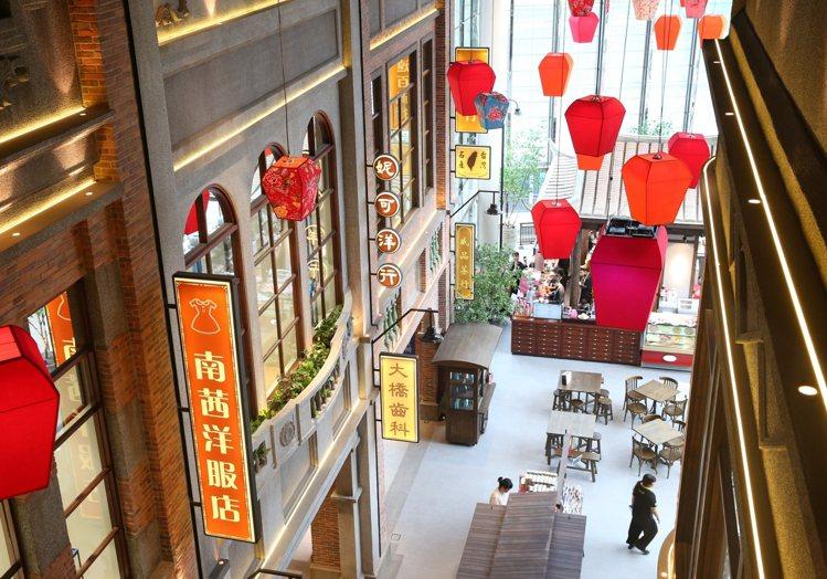 遠百信義A13特別在四樓打造「台灣老街」長廊,在信義區獨具一格。記者林澔一/攝影