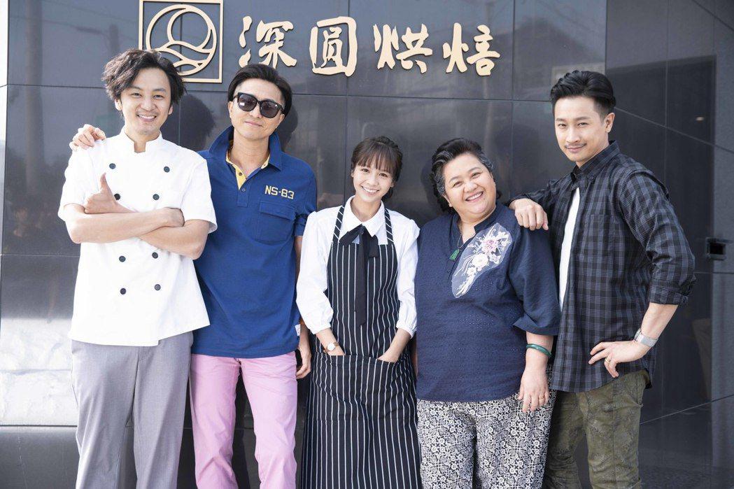 張書偉(左起)、王少偉、黃姵嘉、鍾欣凌、Darren在台南拍攝「我的婆婆怎麼那麼...