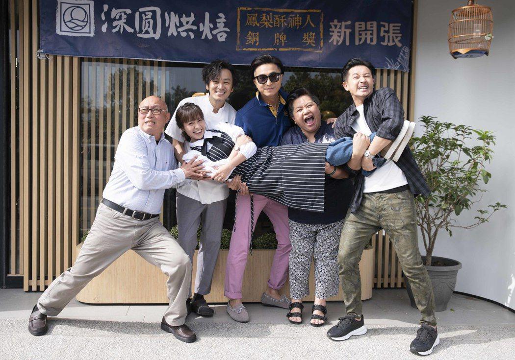 導演鄧安寧(後左起)領軍張書偉、王少偉、鍾欣凌、Darren、黃姵嘉(前)在台南