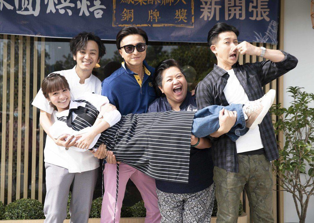 張書偉(後左起)、王少偉、鍾欣凌、Darren在拍攝場景前抱起黃姵嘉(前)。圖/...