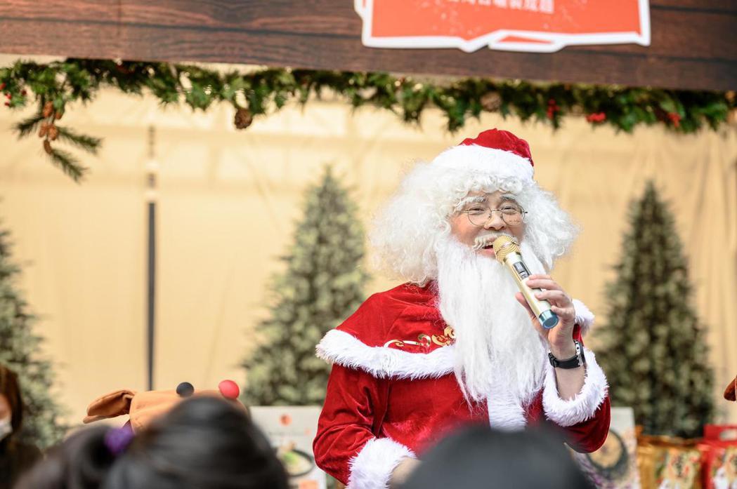 曾國城扮成耶誕老公公叫賣。圖/傑星提供