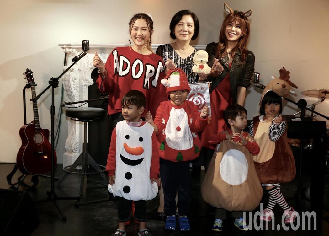 蔡佳靈(後排左)、紀儀羚(後排右)用歌聲溫暖弱勢兒童的心。記者林俊良/攝影