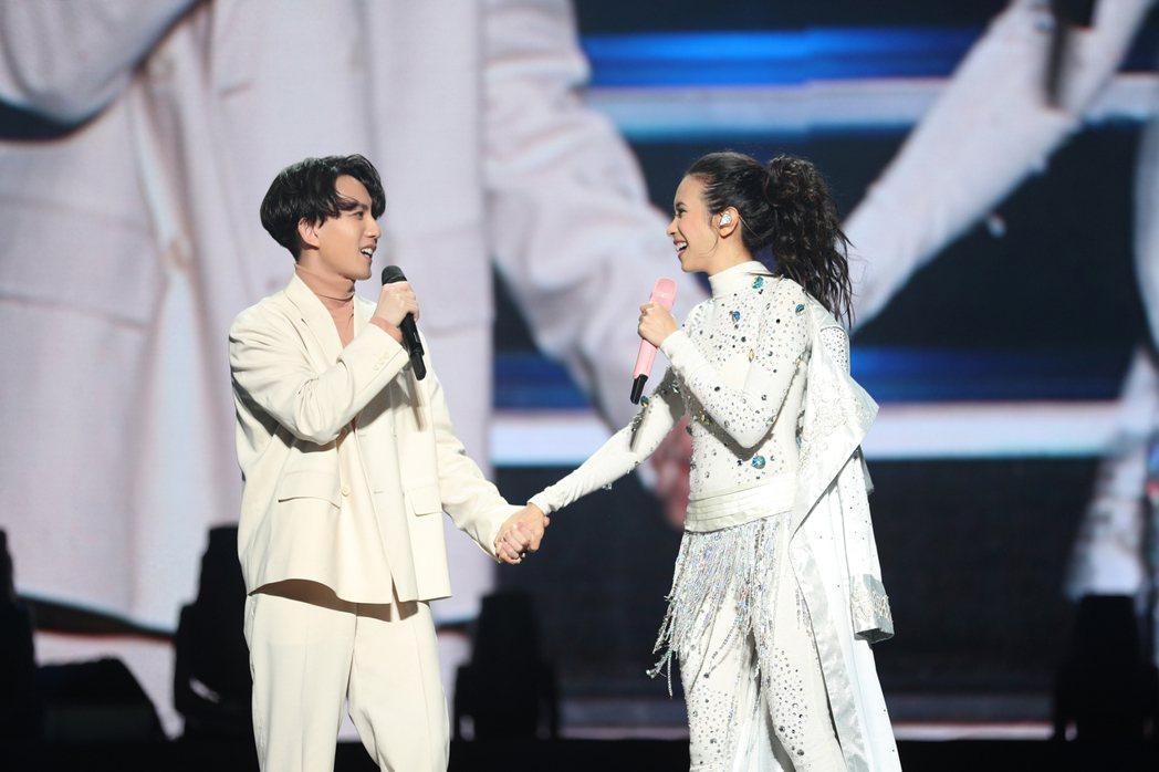 林宥嘉上週日擔任莫文蔚「絕色」演唱會嘉賓,2人初次見面卻如同舊識。圖/莫嘉寶貝工