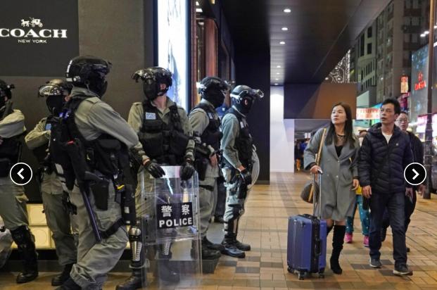 香港警方指出,今年平安夜不會有大批警員在尖沙咀海濱站崗,圖為日前警方在海港城外戒備。美聯社