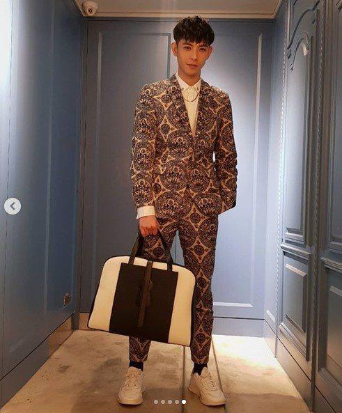 晨翔拎DELVAUX Magritte系列D-Off男仕牛皮旅行袋,售價14萬7...