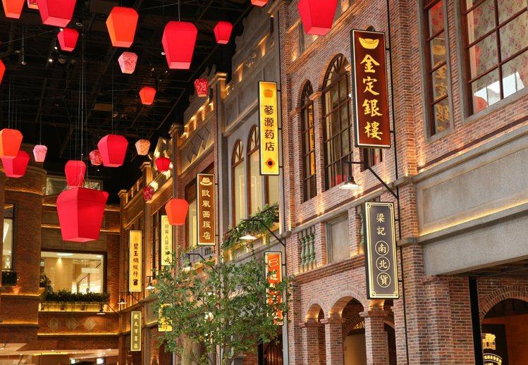 A13四樓的台灣老街呈現出舊時光的美好氛圍,就連紅磚呈現,遠百也特別講究。記者林...