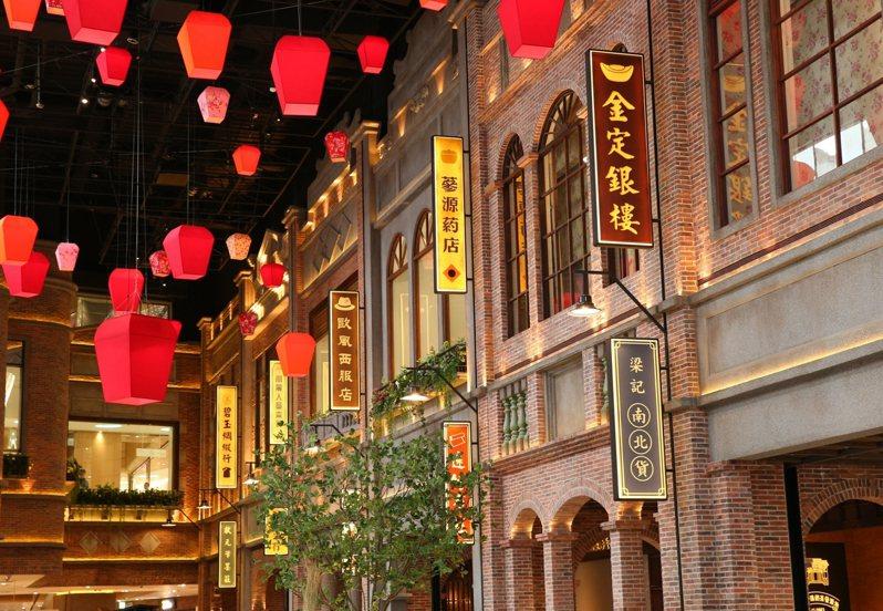 A13四樓的台灣老街呈現出舊時光的美好氛圍,就連紅磚呈現,遠百也特別講究。記者林澔一/攝影