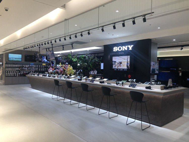 有135坪大空間的SONY Store,其數位產品的展示陳列帶給消費者舒適的體驗...