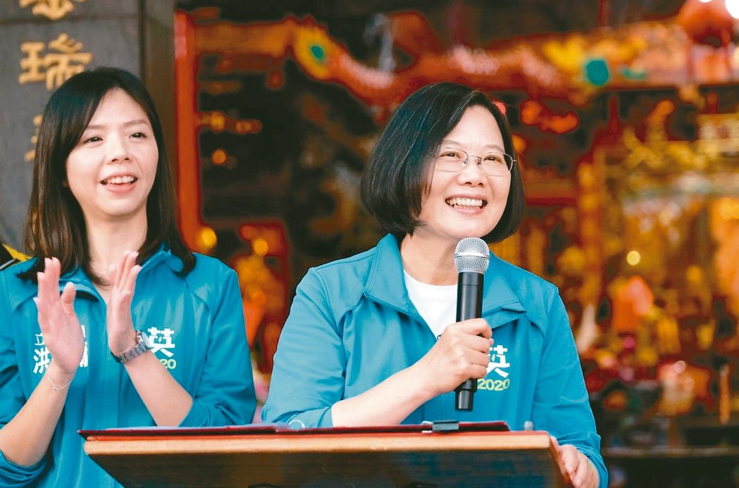 蔡英文總統(右)已6度來台中,為無黨籍立委候選人洪慈庸站台。 本報資料照片