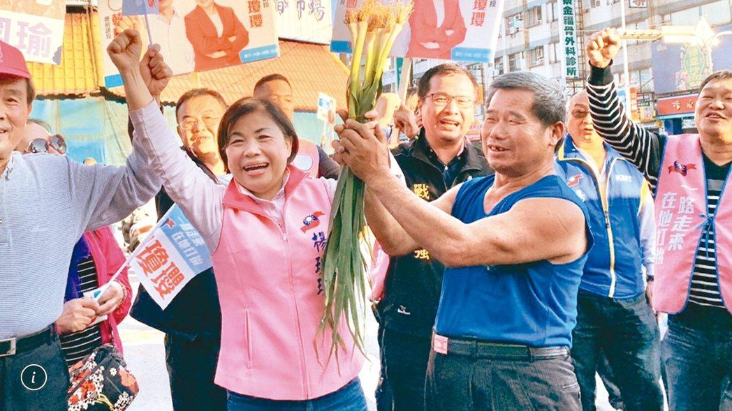 國民黨立委候選人楊瓊瓔(左)宣布參選後,造勢多安排基層拜票。 本報資料照片
