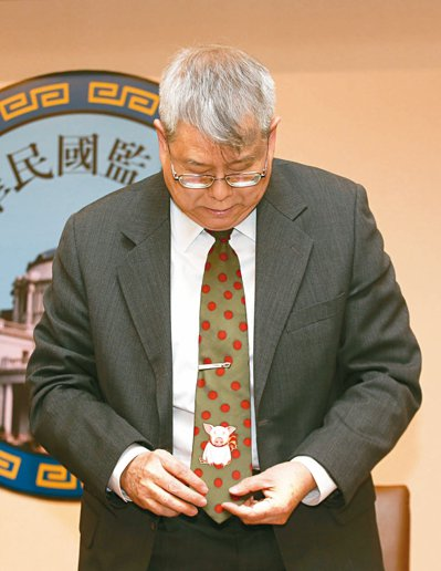 自稱「死豬不怕開水燙」的監委陳師孟,昨天打小豬領帶舉行記者會。 記者鄭超文/攝影
