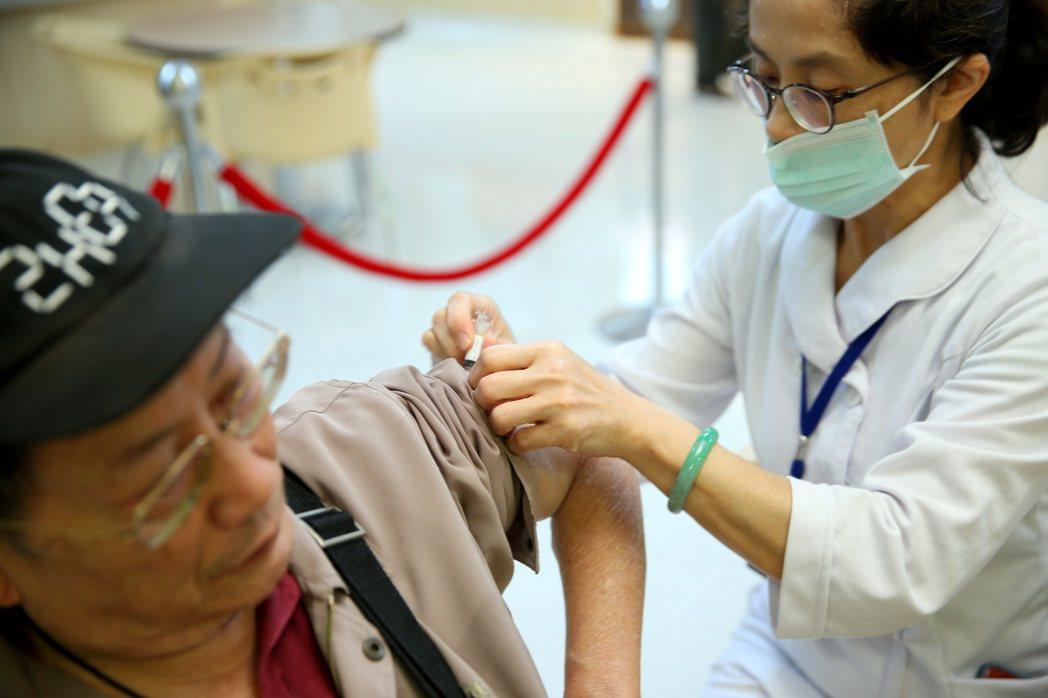 專家建議,民眾應全年對流感保持警覺性。記者余承翰/攝影