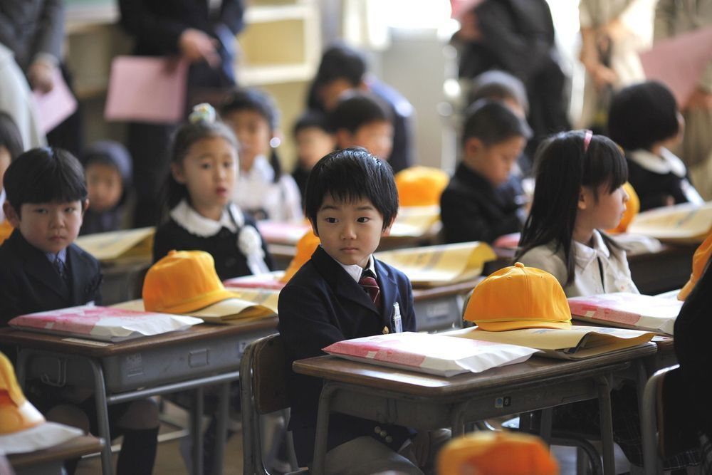 日本文科省調查,日本中小學生拒絕上學的主要原因有三,分別為家庭因素、同儕問題以及...