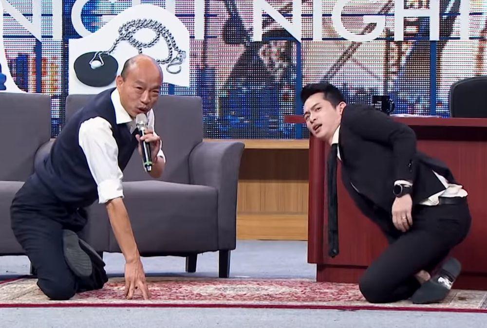 韓國瑜(左)和博恩比「膝」力,博恩完敗。圖/翻攝自YouTube博恩夜夜秀