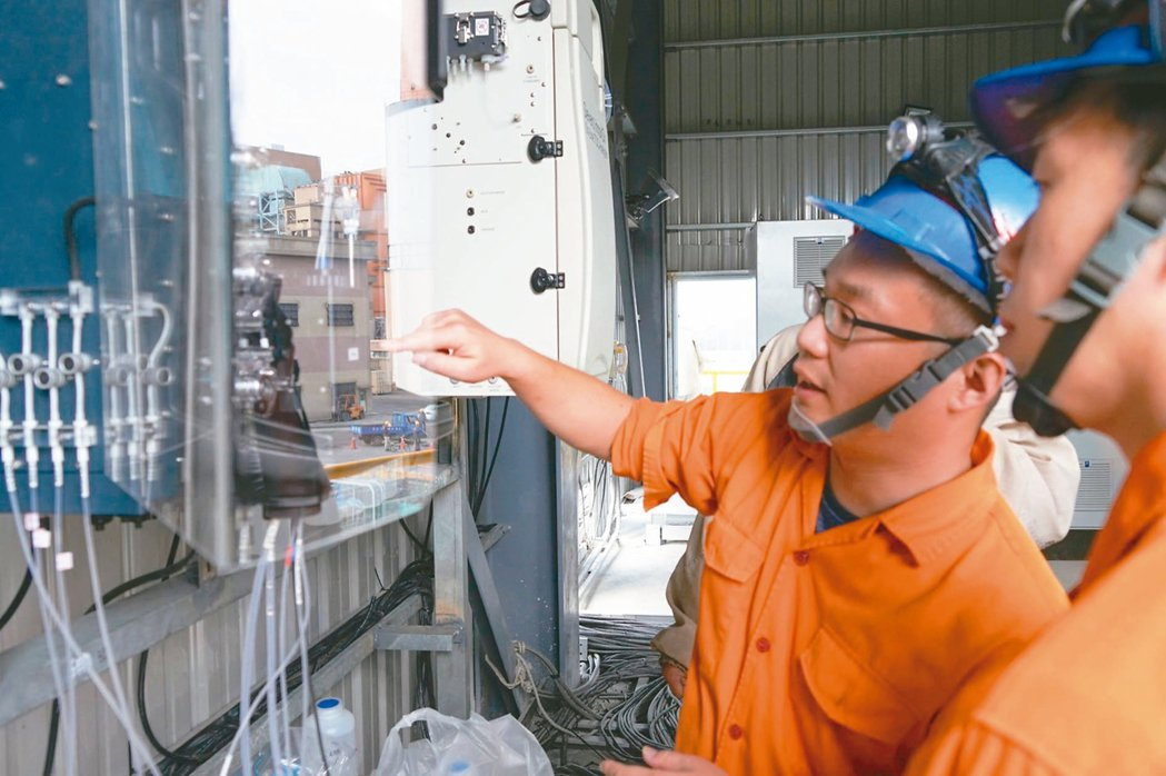 中火新建廢水處理場25日起將進行功能測試。圖為工作人員確認監測儀器等相關設備。 ...