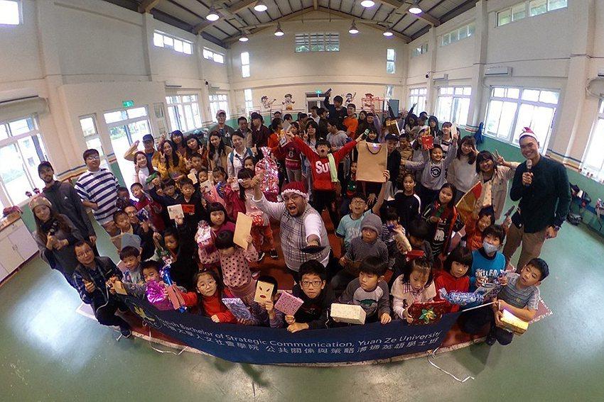 元智大學人文社會學院英語專班學生帶給偏鄉學童們歡樂溫暖的聖誕節。 元智大學/提供