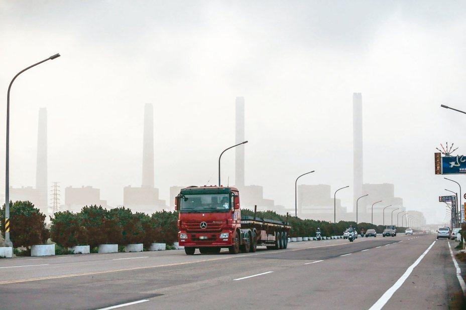 台中市府宣布,因台中火力發電廠今年生煤使用量超限,明年1月起廢止2、3號機組的兩張許可證,不再核發新證。 圖/聯合報系資料照片