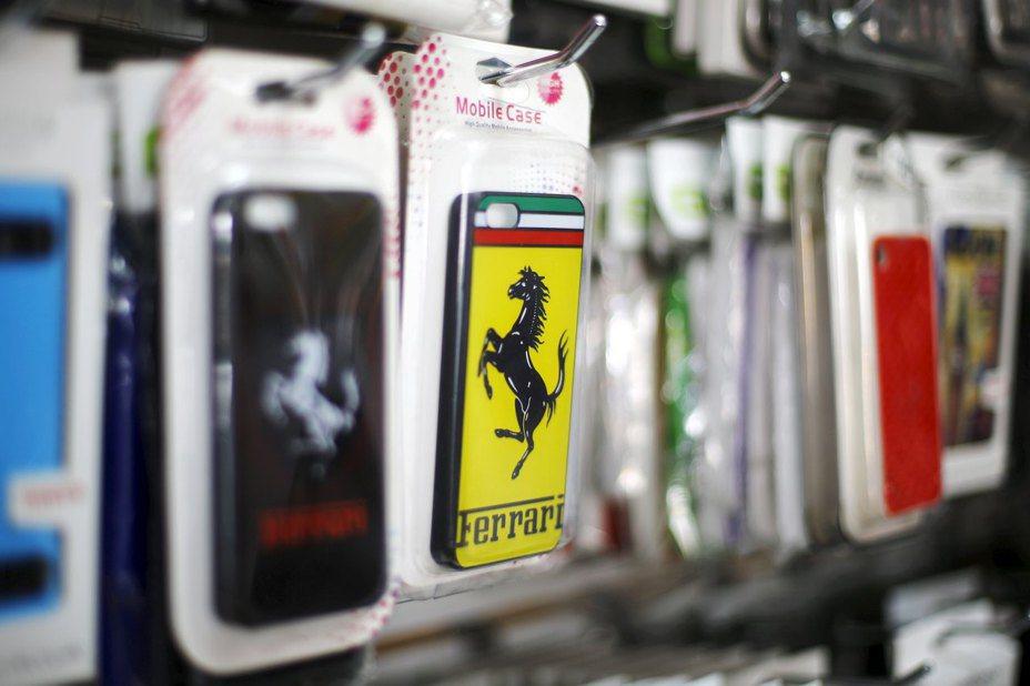 手機價格愈來愈高,許多用戶習慣裝上手機殼,保護手機不要摔壞。 路透