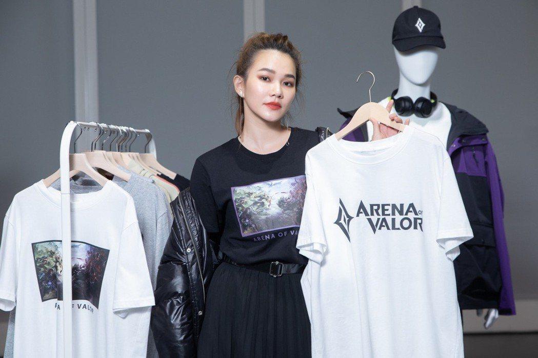 Helen Chen 穿著《Garena傳說對決》經典英雄對戰畫面聯名服飾,詮釋...