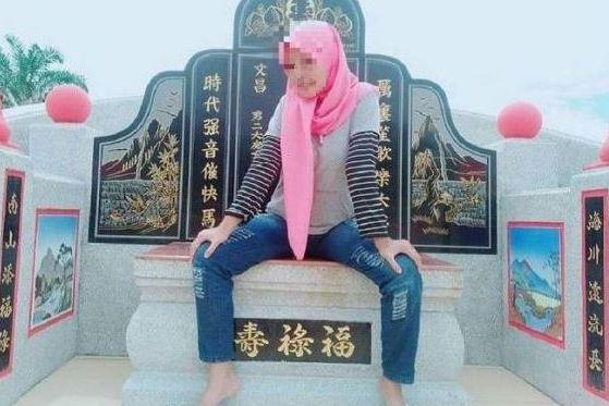 """外國女人""""雙腿張開坐在墳墓裡""""快樂地換了頭後網怒氣:不知天高厚"""