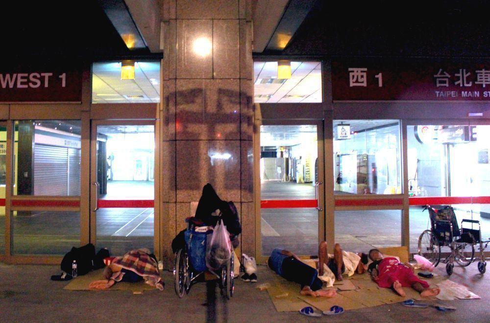 深夜的台北車站四面都睡滿了街友。 圖/李隆揆攝影