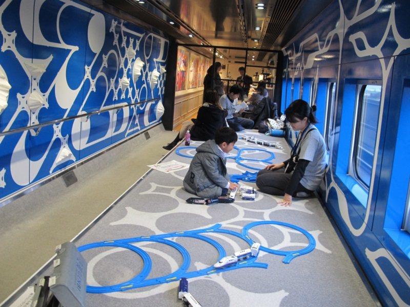 這是一列移動中的火車,現美新幹線設有兒童區。 圖/章淑曼攝影