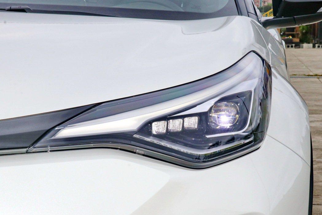 換上全新LED Bi-Beam頭燈組(豪華以上),輔以刀鋒般的燈眉設計。 記者陳...