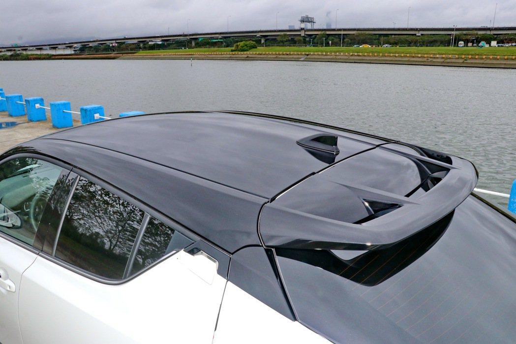 原廠提供選配的雙色車頂,營造出懸浮式車頂的視覺效果。 記者陳威任/攝影