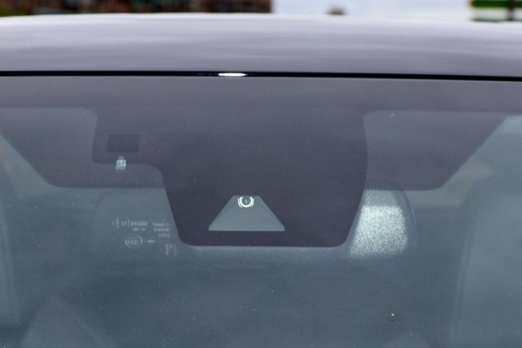 TOYOTA Safety Sense主動安全防護系統透過毫米波雷達與攝影機,偵...