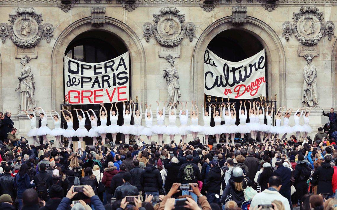 走上街頭的芭蕾舞者們表示,他們現行制度的退休年齡是「42歲」;改革之後,卻得一路...