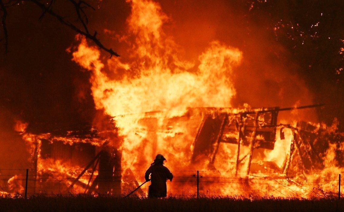 「義消搏命救火時,澳洲政府做了什麼?」 圖/歐新社