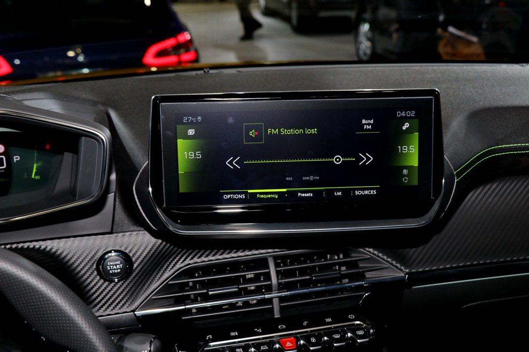 駕駛化導向的觸控式HD高畫質10吋中控螢幕。 記者陳威任/攝影