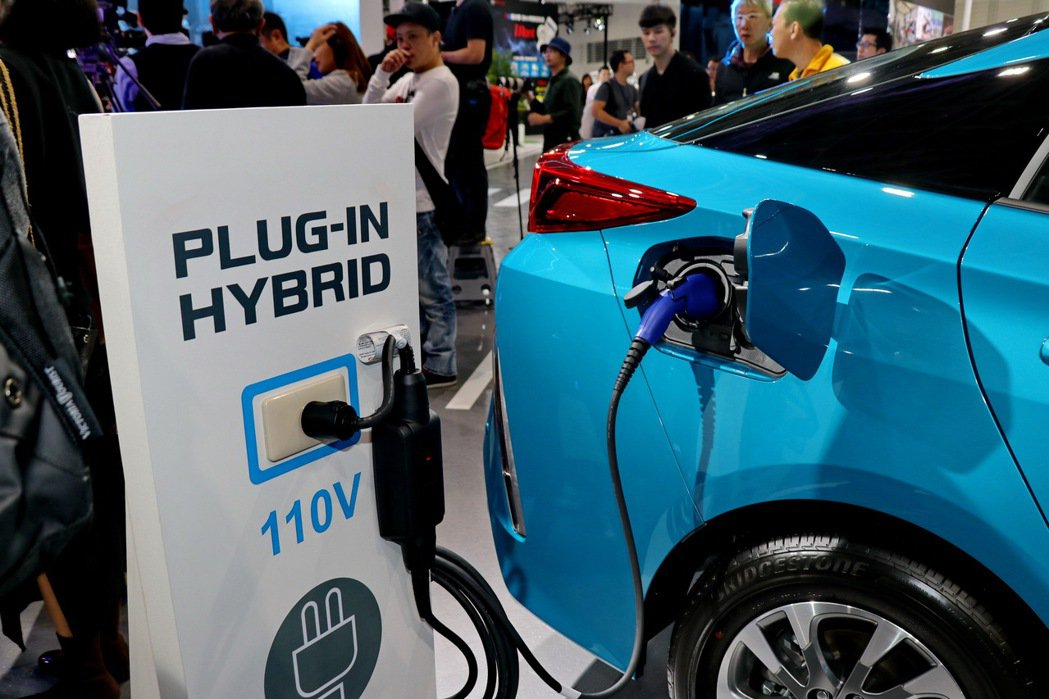 Prius PHV為TOYOTA PLUG-IN HYBRID插電式油電車款。 ...