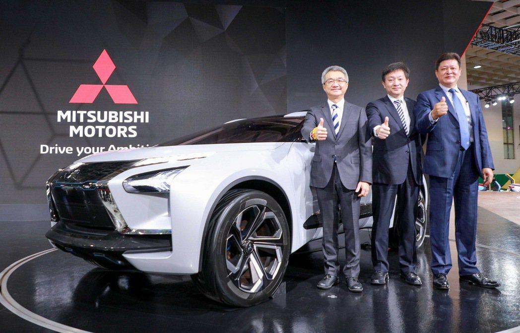 中華汽車總經理陳昭文(左)等人一起為2020世界新車大展中華三菱展區站台。 圖/...