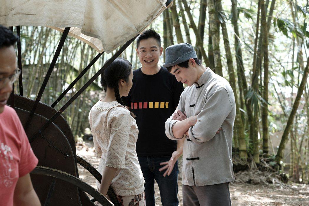 導演郭修篆(中)與演員們說戲。圖/Netflix提供
