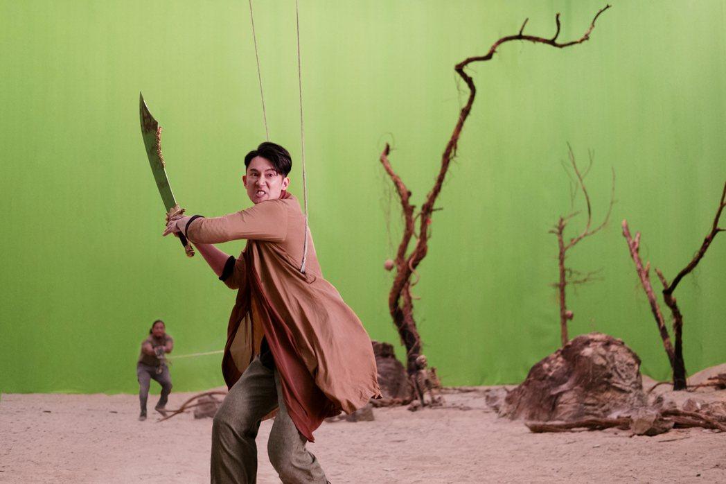 吳慷仁在「彼岸之嫁」中飾演抓鬼500年的神秘天庭守衛二郎。圖/Netflix提供