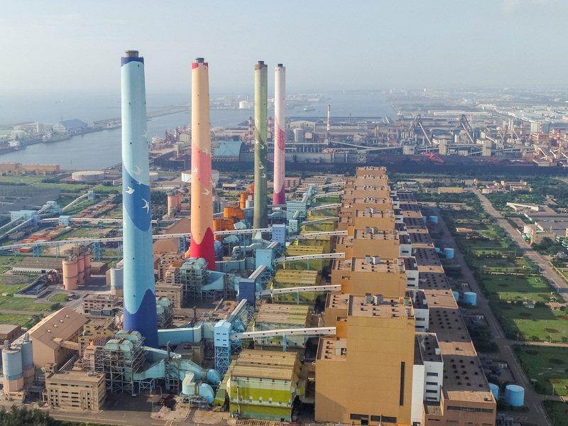 台中火力電廠生煤量超標,今遭台中市政府廢止兩部機組許可證。圖/台中市新聞局提供