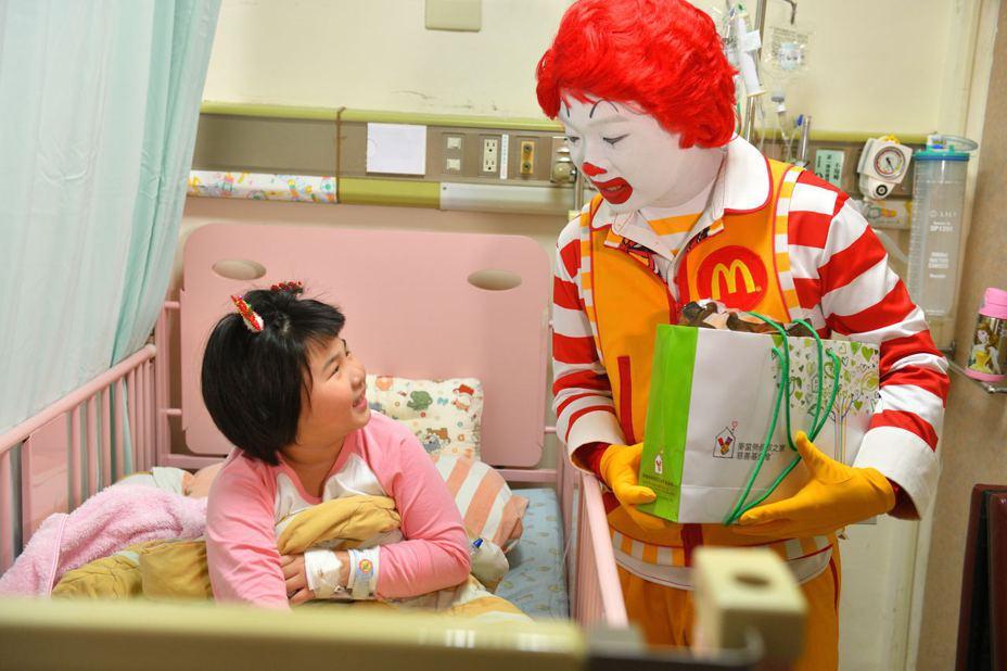 麥當勞叔叔到兒科病房關懷病童,祝福早日康復。圖/台大醫院新竹分院提供