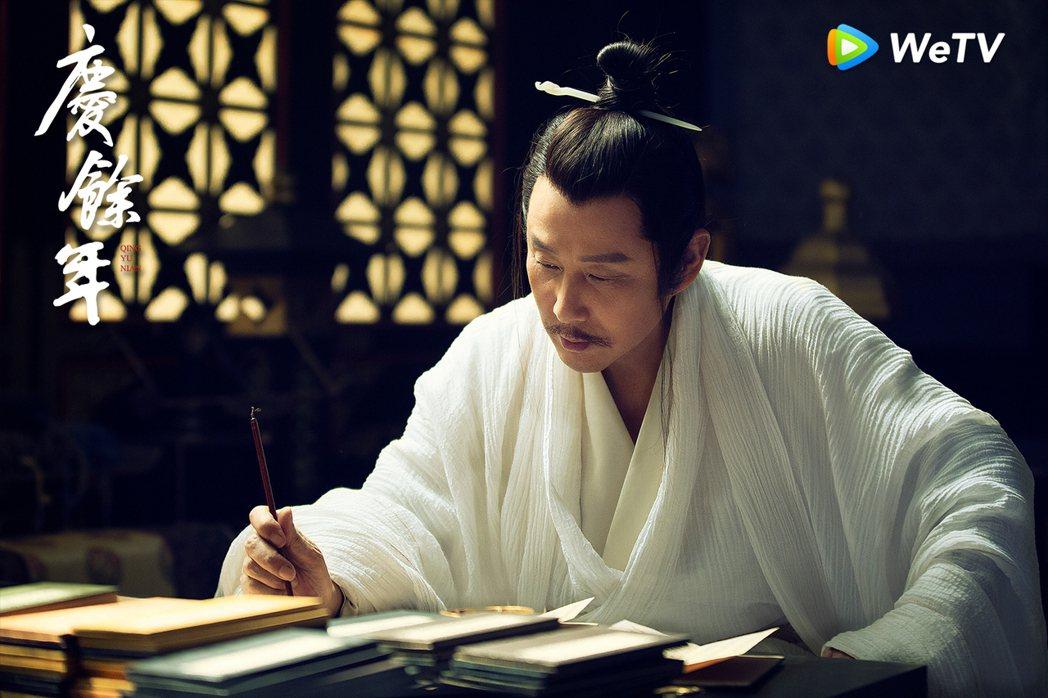 陳道明在「慶餘年」中經常披頭散髮、衣衫不整。圖/WeTV提供