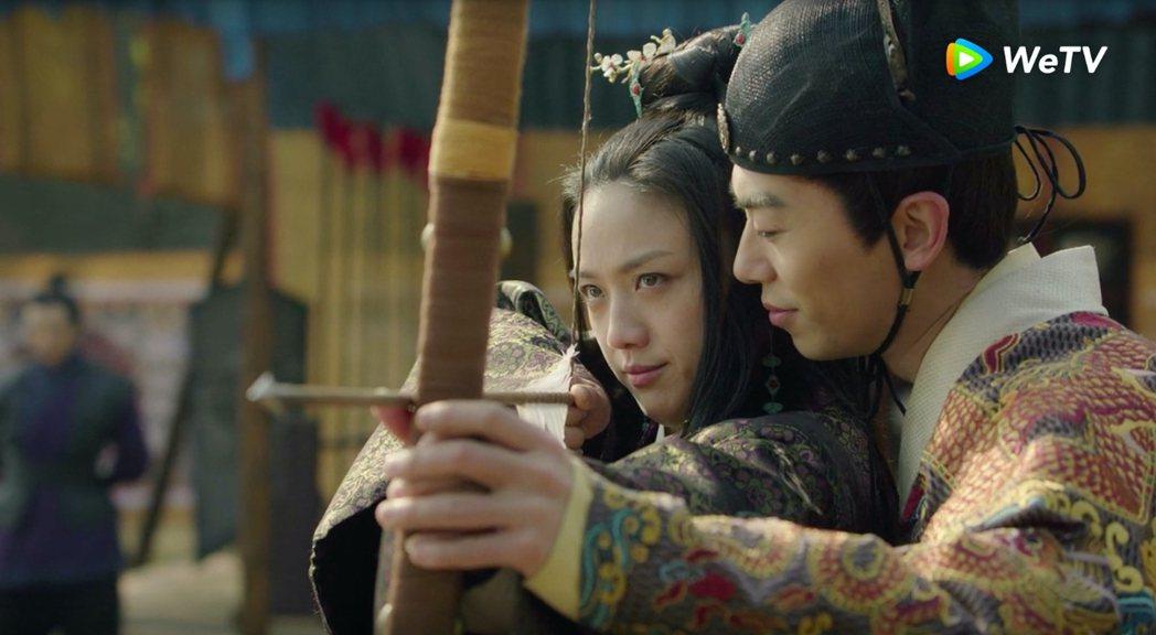 朱亞文(右)在「大明風華」中貼身教湯唯射箭。圖/WeTV提供