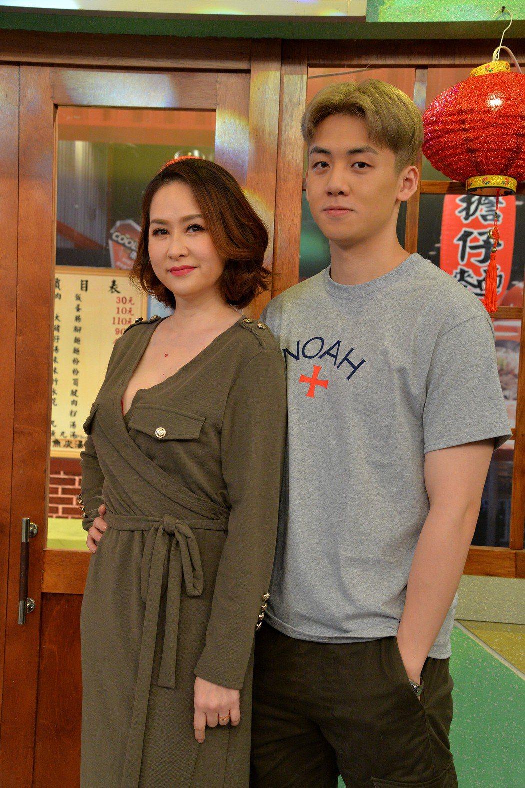 金友莊(左)和寶弟錄衛視「請問你是哪裡人」。圖/衛視提供