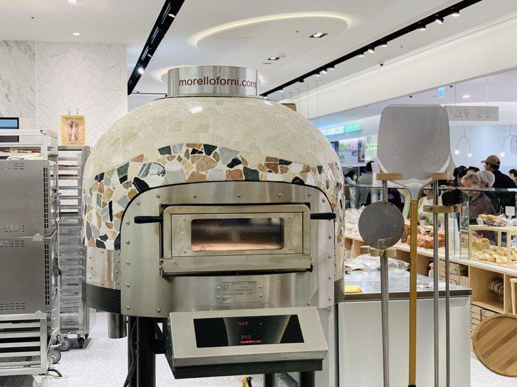 吳寶春麥方店引進披薩店專用圓頂窯烤爐。記者張芳瑜/攝影