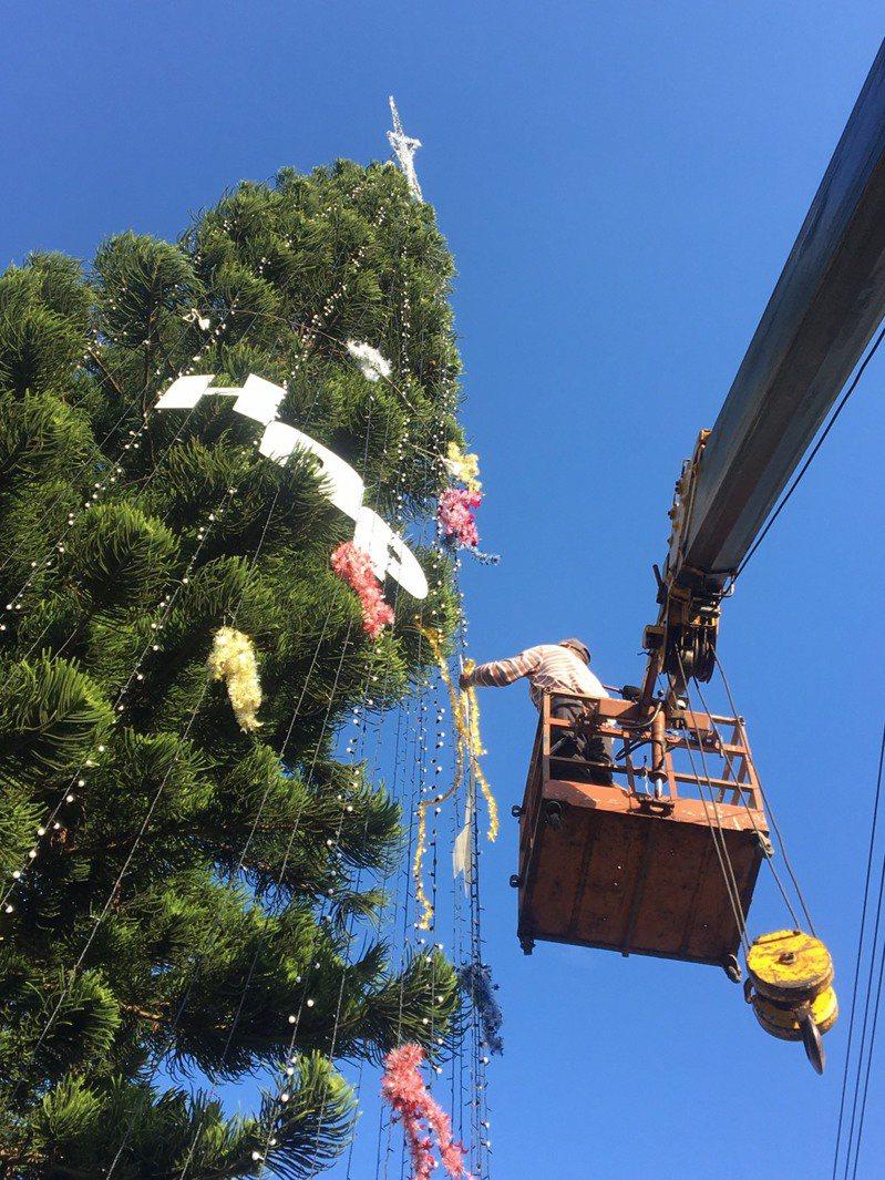 通霄「全台最高耶誕樹」今天下午掛起「HAPPY NEW YEAR」的裝飾字樣。圖/張文煥提供